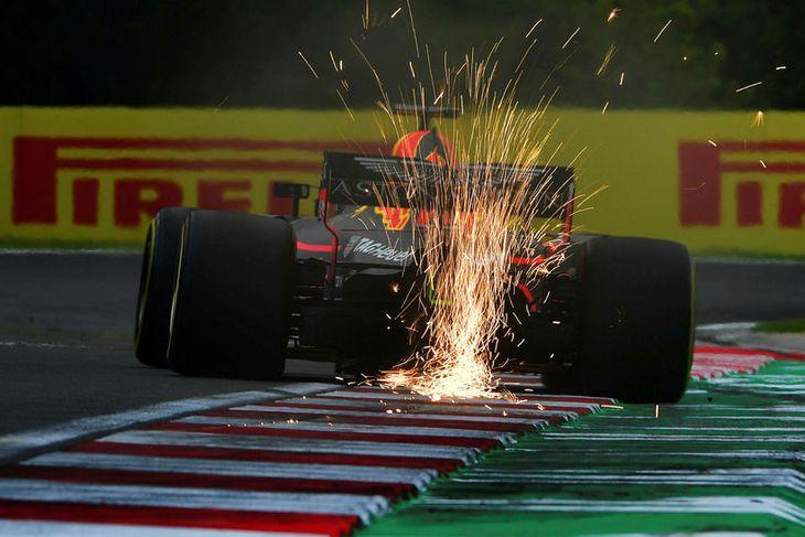 Neistaflug stóð aftur úr bíl Daniels Ricciardo er hann ók upp á beygjubríkur á seinni ...