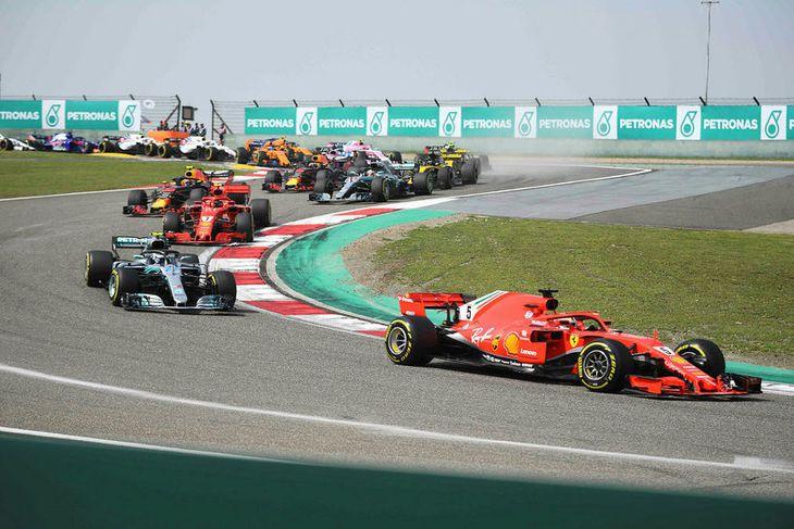 Sebastian Vettel fyrstur í fyrstu beygjum eftir ræsingu í Sjanghæ. Eftir kemur Valtteri Bottas og ...