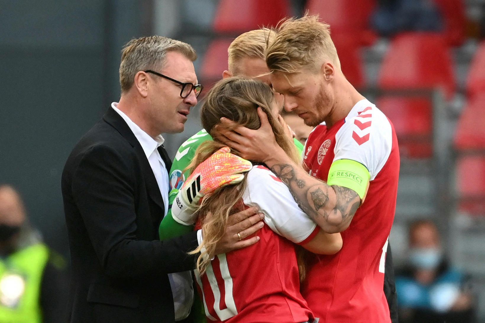 Sabrina Kvist Jensen, eiginkona Christians Eriksens, kom á völlinn og …