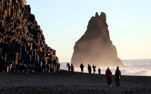 Unnið er að hættumati í Reynisfjöru. Algengt er að ferðamenn vari sig ekki á hættunni …