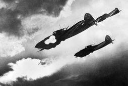 Þrjár Ilyushin IL-2 ráðast gegn bryndrekum Þjóðverja í orrustunni um Kúrsk sumarið 1943.