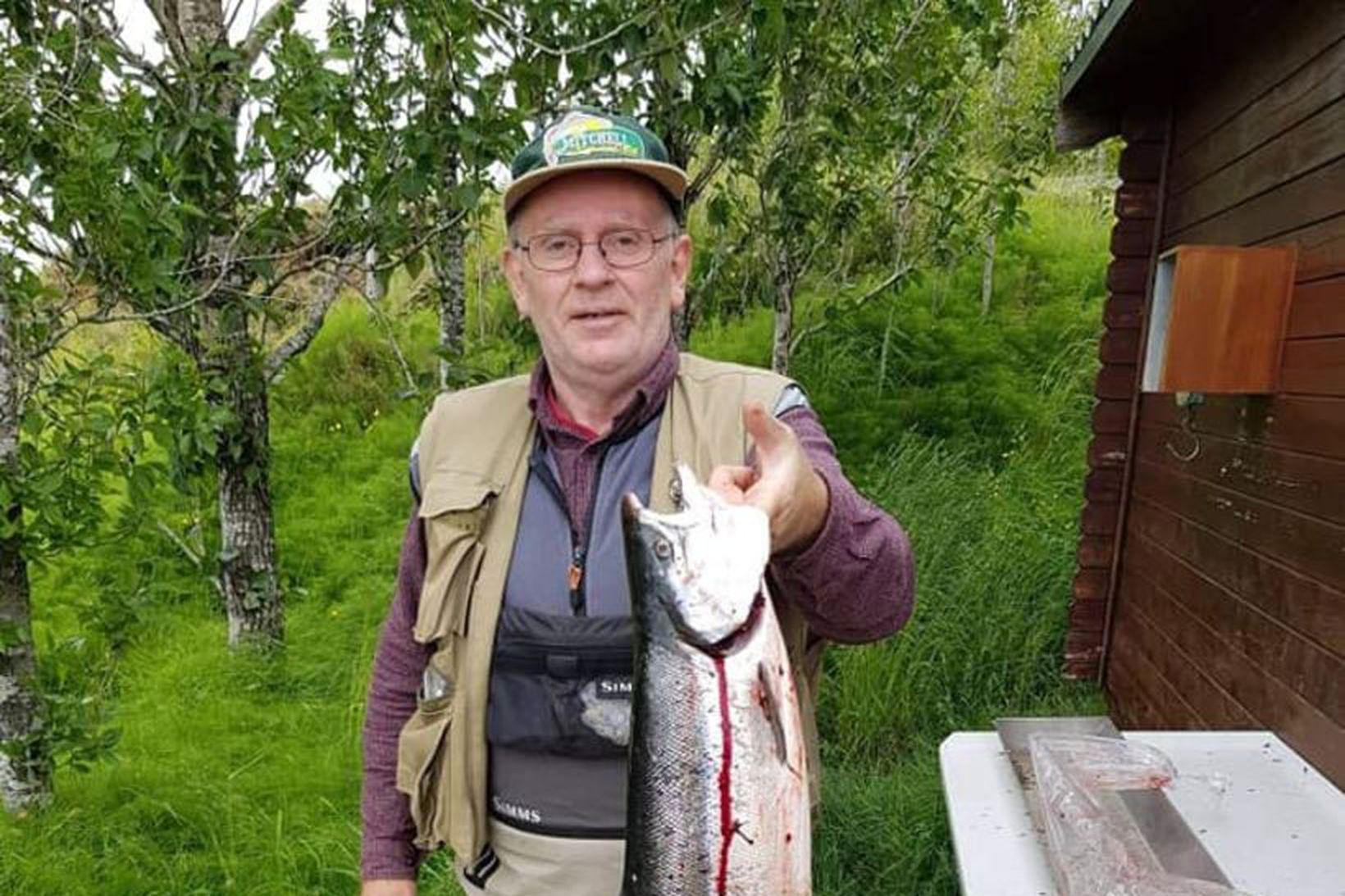 Viktor Óskarsson með 5 kg lax frá því í morgun.