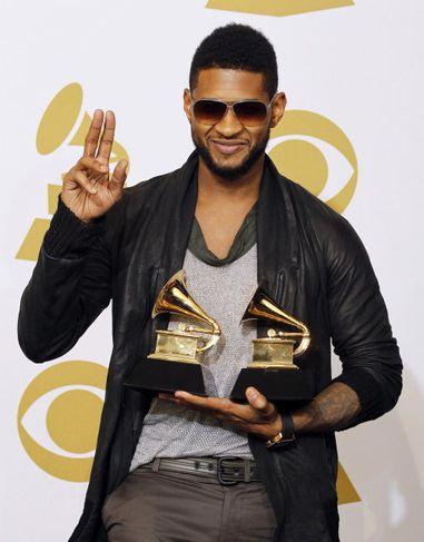 Usher með tónlistarverðlaun í hendi.