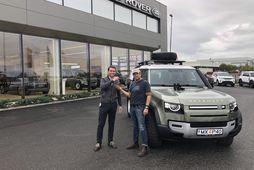 Ingólfur Stefánsson (t.h.) tekur við lyklum að leiðangursbílnum, Range Rover Defender við upphaf ferðar í …