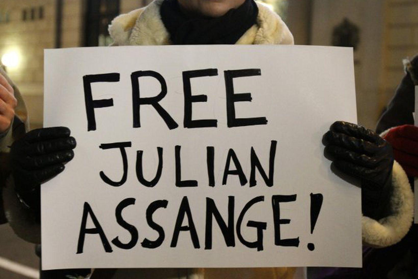Dómari í Lundúnum féllst á að leysa Assange úr haldi …