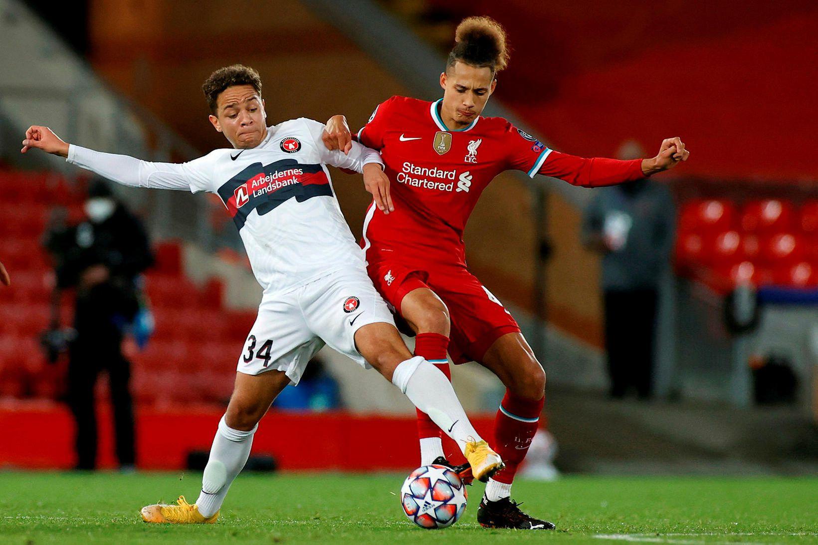 Mikael Neville Anderson í baráttu við Rhys Williams hjá Liverpool …