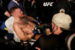 Conor McGregor á börum eftir að hann ökklabrotnaði í nótt.