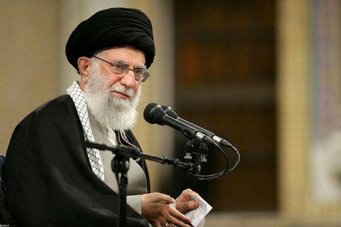 Ayatollah Ali Khamenei, æðstiklerkur Írans.