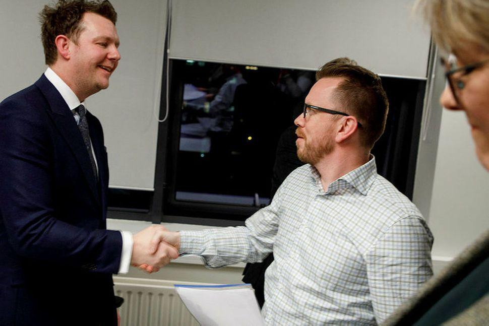 Ragnar Þór Ingólfsson, formaður VR, tekur í hönd framkvæmdastjóra SA ...