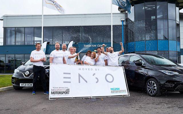 Ökumenn og aðstandendur metaksturs Renault Zoe fagna árangrinum í Thruxton.