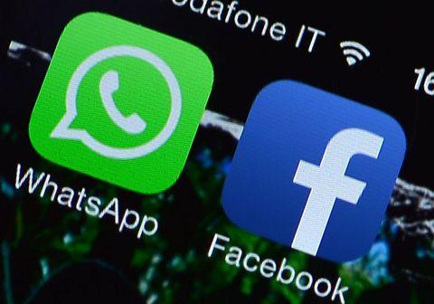 Samfélagsmiðlarisinn Facebook sem á bæði WhatsApp og Facebook Messenger virðist vera byrjaður að prófa að sameina forritin. Facebook hefur áður tilkynnt um fyrirætlanir sínar um að opna fyrir möguleika á að senda skilaboð á milli þessara tveggja forrita auk Instagram sem einnig er í eigu Facebook.