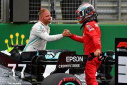 Valtteri Bottas (t.v.) og Charles Leclerc takast í hendur eftir tímatökuna. Bottas vann hana en …