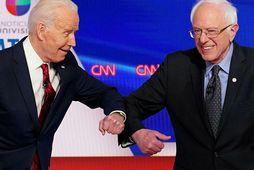 Biden og Sanders heilsuðust með því að láta olnboga sína snertast til að forðast kórónuveirusmit.