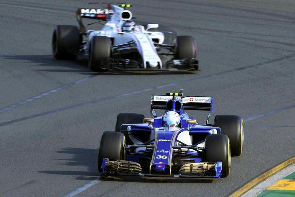 Ársgamlar Ferrarivélar knýja bíla Sauber. Hér er Antonio Giovinazzi á ferð í Melbourne og verst …
