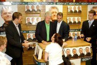 Bill Clinton áritar bækur í Eason bókabúðinni í Dublin.