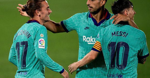 Luis Suárez fagnar marki sínu í kvöld ásamt Antoine Griezmann og Lionel Messi.