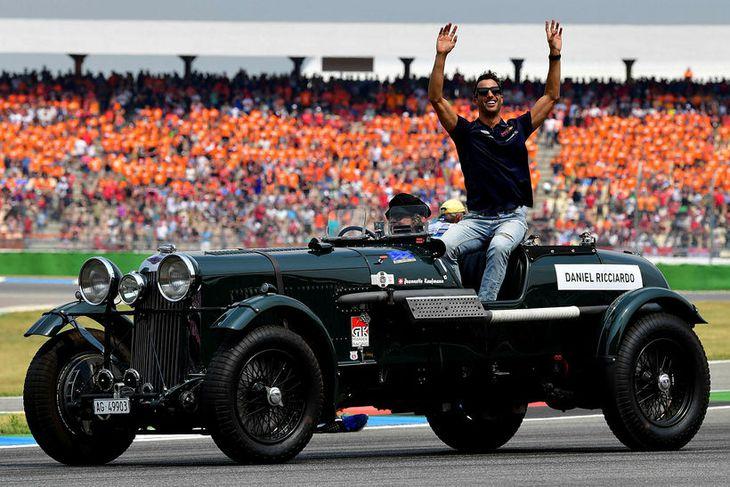 Daniel Ricciardo á heiðurshring í Hockenheim á fornum bíl.