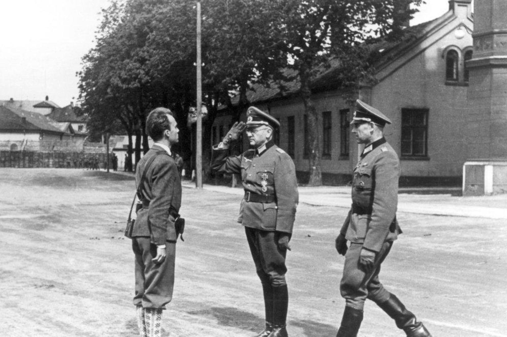 Hernámi lokið 1945. Norskar sveitir, undir stjórn Terje Rollem, taka …