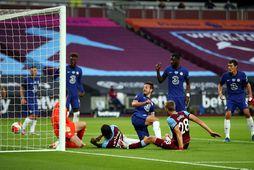 Tomás Soucek skorar fyrir West Ham gegn Chelsea í kvöld en markið var dæmt af.