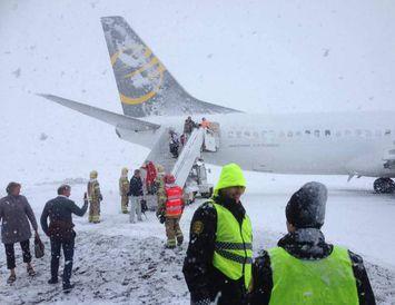 Farþegar yfirgefa flugvél Primera Air í dag.