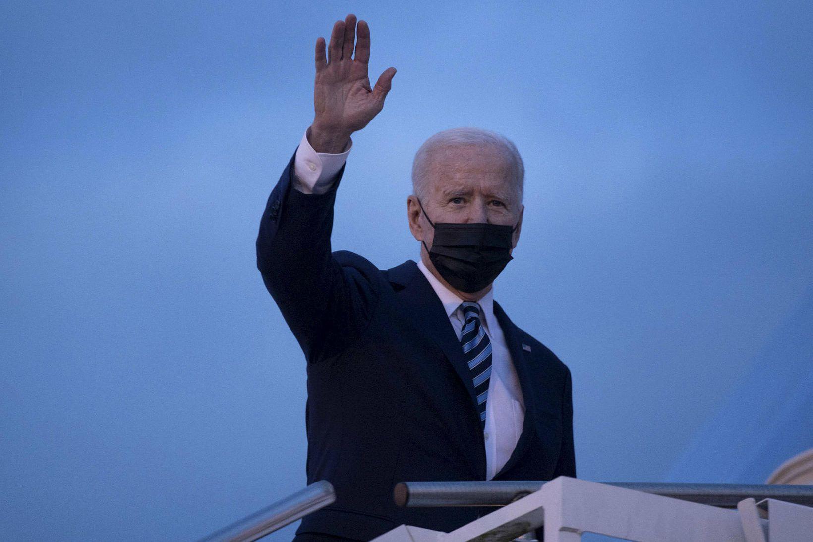 Joe Biden á leið í forsetaflugvélina í gær á leið …