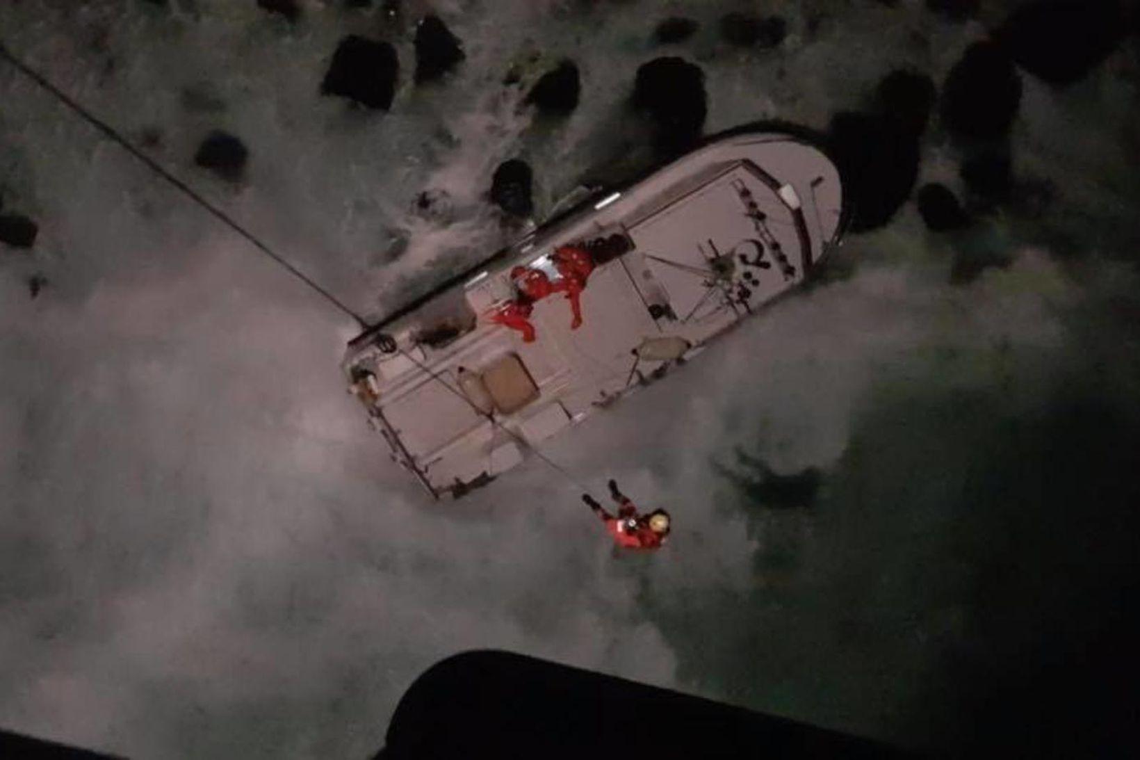 Áhöfn þyrlu Landhelgisgæslunnar kom skipverjum til bjargar.