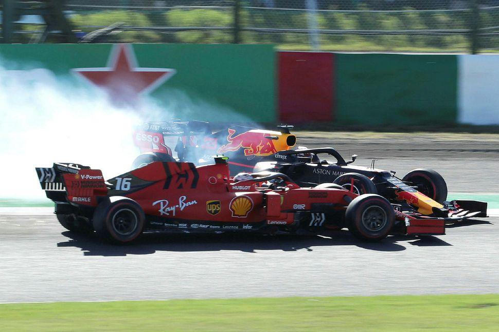 Max Verstappen (fjær) og Charles Leclerc skella saman í fyrstu ...