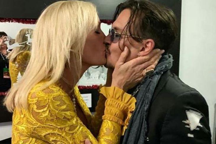 Letitia Frye birti þessa mynd af sér með Johnny Depp ...