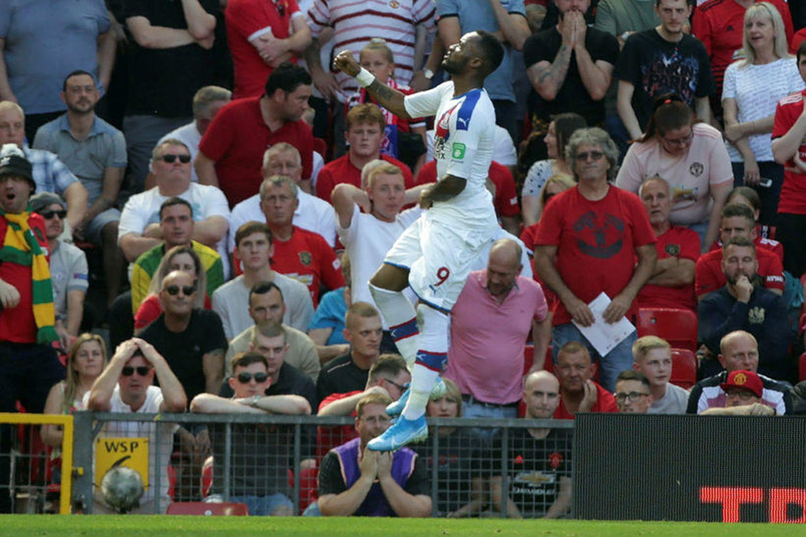 Jordan Ayew fagnar marki sínu á Old Trafford í Manchester.