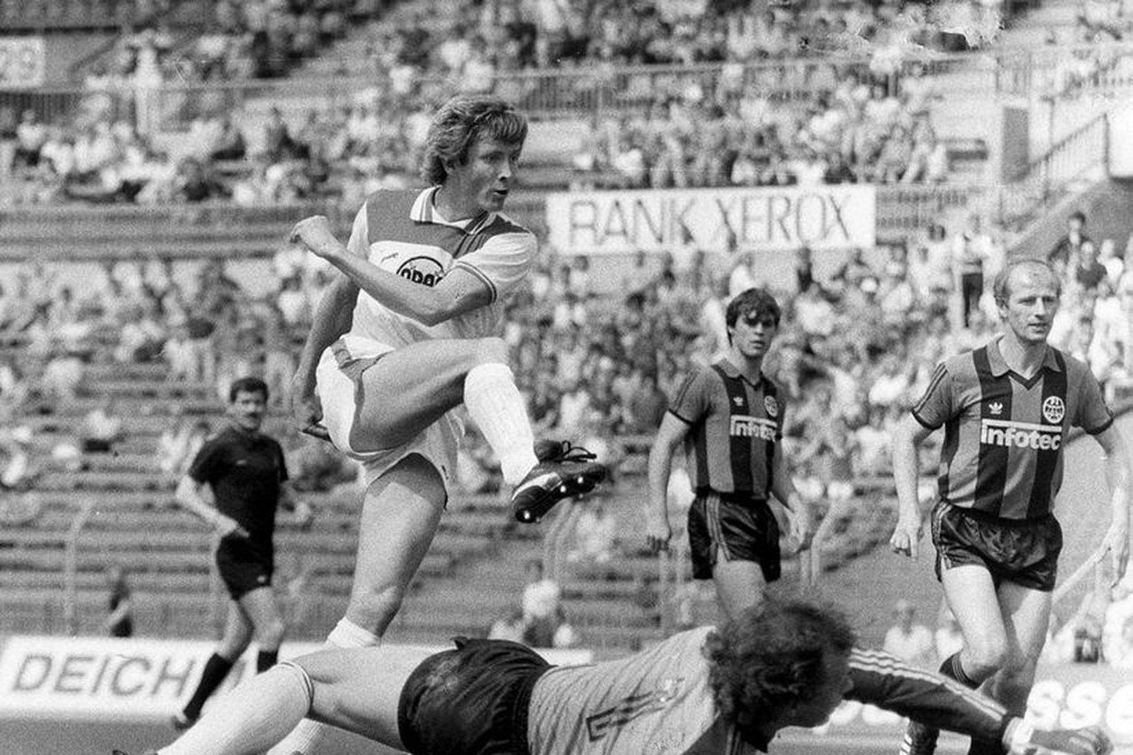 Atli Eðvaldsson skorar eitt markanna fimm gegn Frankfurt 6. júní …