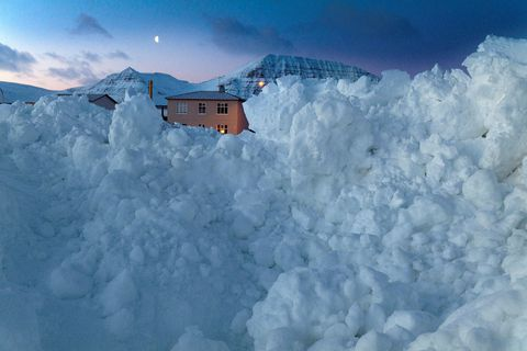 Flateyri. Gífurlegur snjór barst með snjóflóðinu 14. janúar 2020.