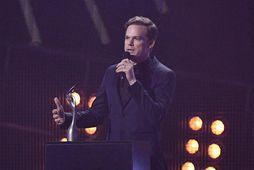 Leikarinn Michael C. Hall tók við verðlaunum Davids Bowie fyrir besta breska sólótónlistarmanninn.