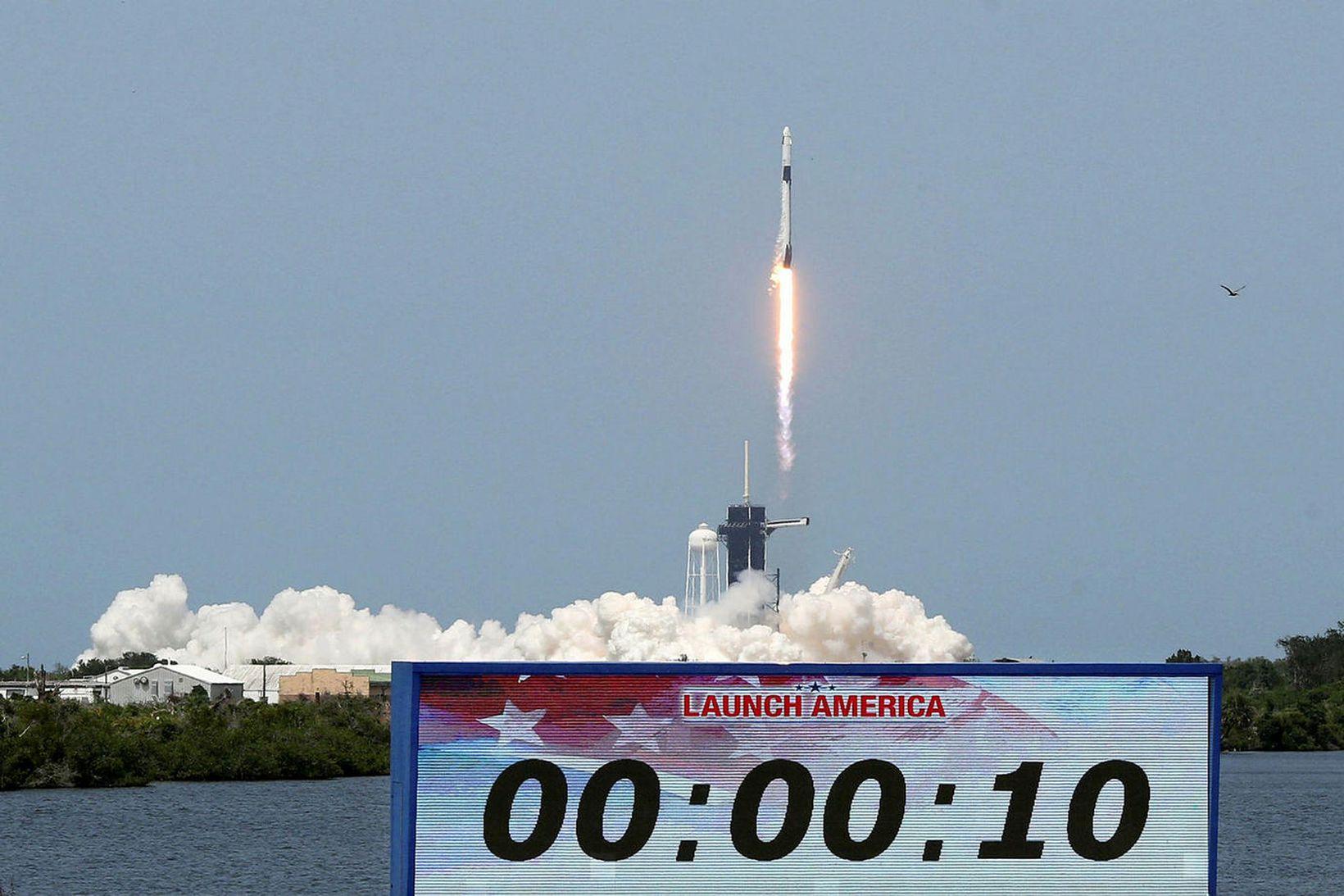Falcon 9 eldflaug SpaceX sést hér rjúka til himins í …