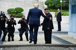 Donald Trump Bandaríkjaforseti stígur inn fyrir landamæri Norður-Kóreu á fundi þeirra Kim Jong-Un fyrr á …