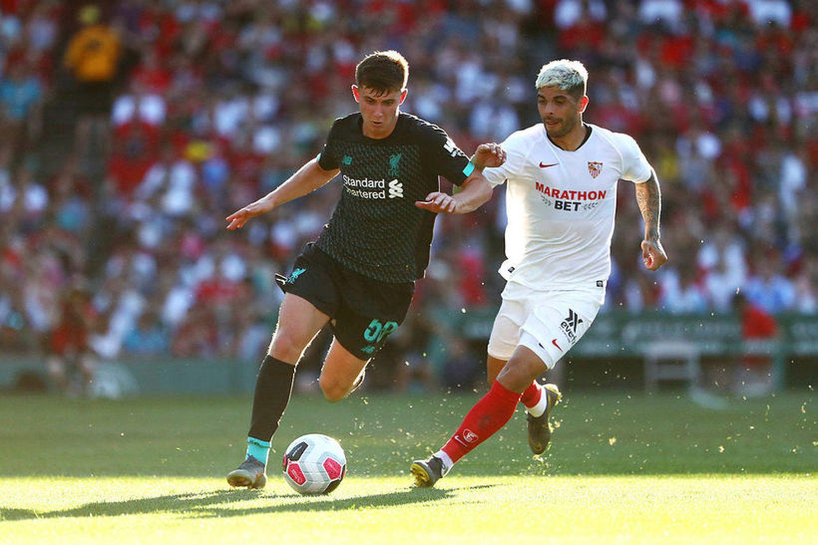 Ben Woodburn hjá Liverpool með boltann í leiknum gegn Sevilla …