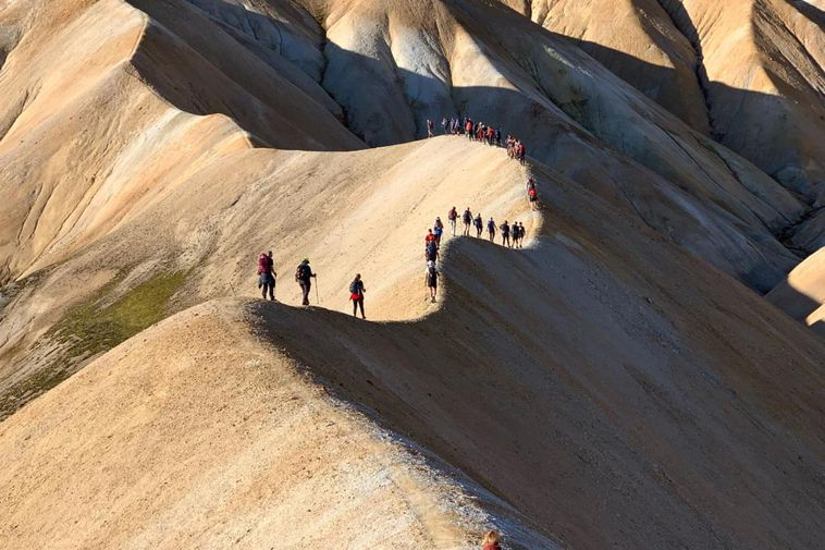Members of Fjallavinir, hiking along Uppgönguhryggur ridge. Click on the picture for a better view.
