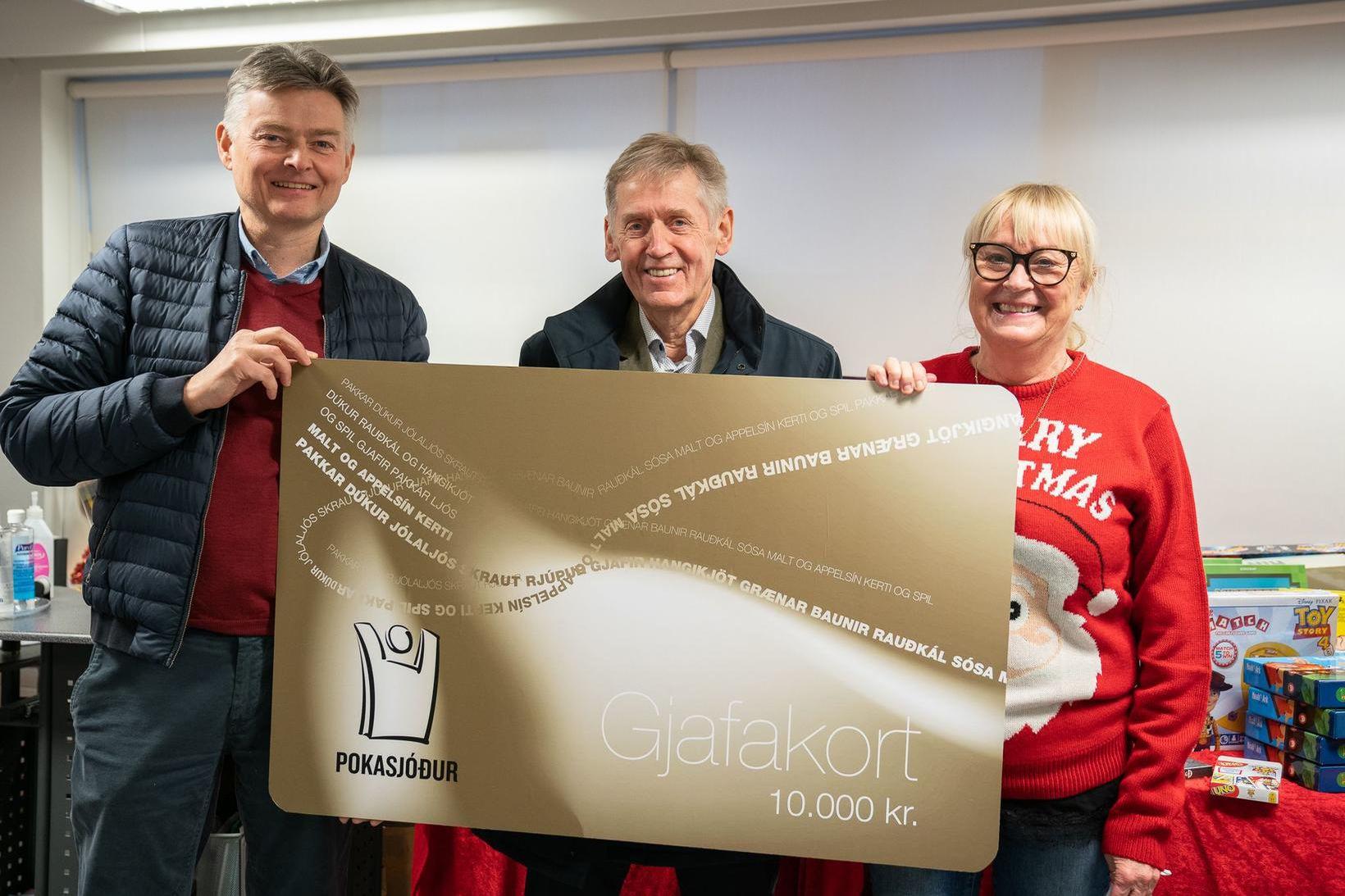 Björn Jóhannsson og Bjarni Finnsson frá Pokasjóði ásamt Önnu Pétursdóttur …