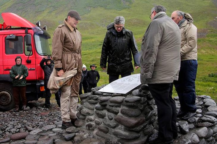 Sendiherrar Bandaríkjanna, Bretlands og Rússlands hér á landi virða minnismerkið fyrir sér.