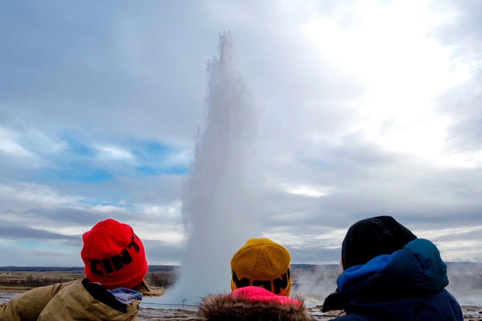 Hverinn Strokkur við Geysi í Haukadal gýs reglulega góðu vatnsgosi, …