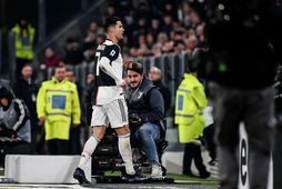 Ronaldo gengur af velli í leiknum í kvöld.