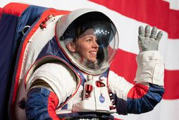Kristine Davis, geimbúningaverkfræðingur hjá NASA í nýja xEMU búningnum.