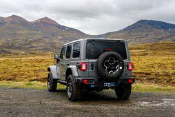 Maður lítur vel út á malbikinu á Jeep Wrangler Rubicon tengiltvinnbílnum og úti í óbyggðum …