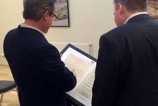 David Cameron og Sigmundur Davíð Gunnlaugsson skoða skjölin.