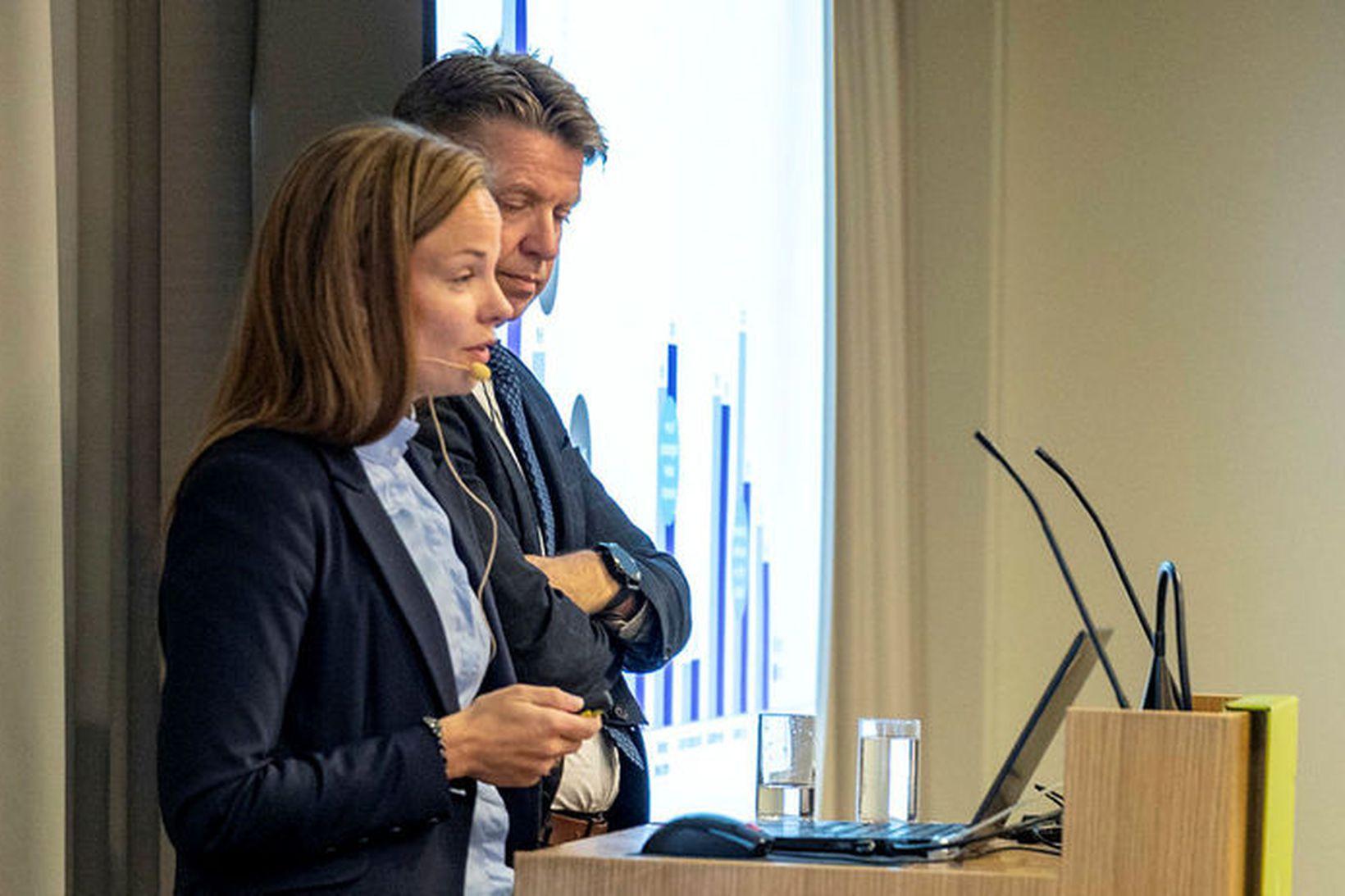 Eva Sóley Guðbjörnsdóttir, framkvæmdastjóri fjármálasviðs Icelandair Group og Bogi Nils …
