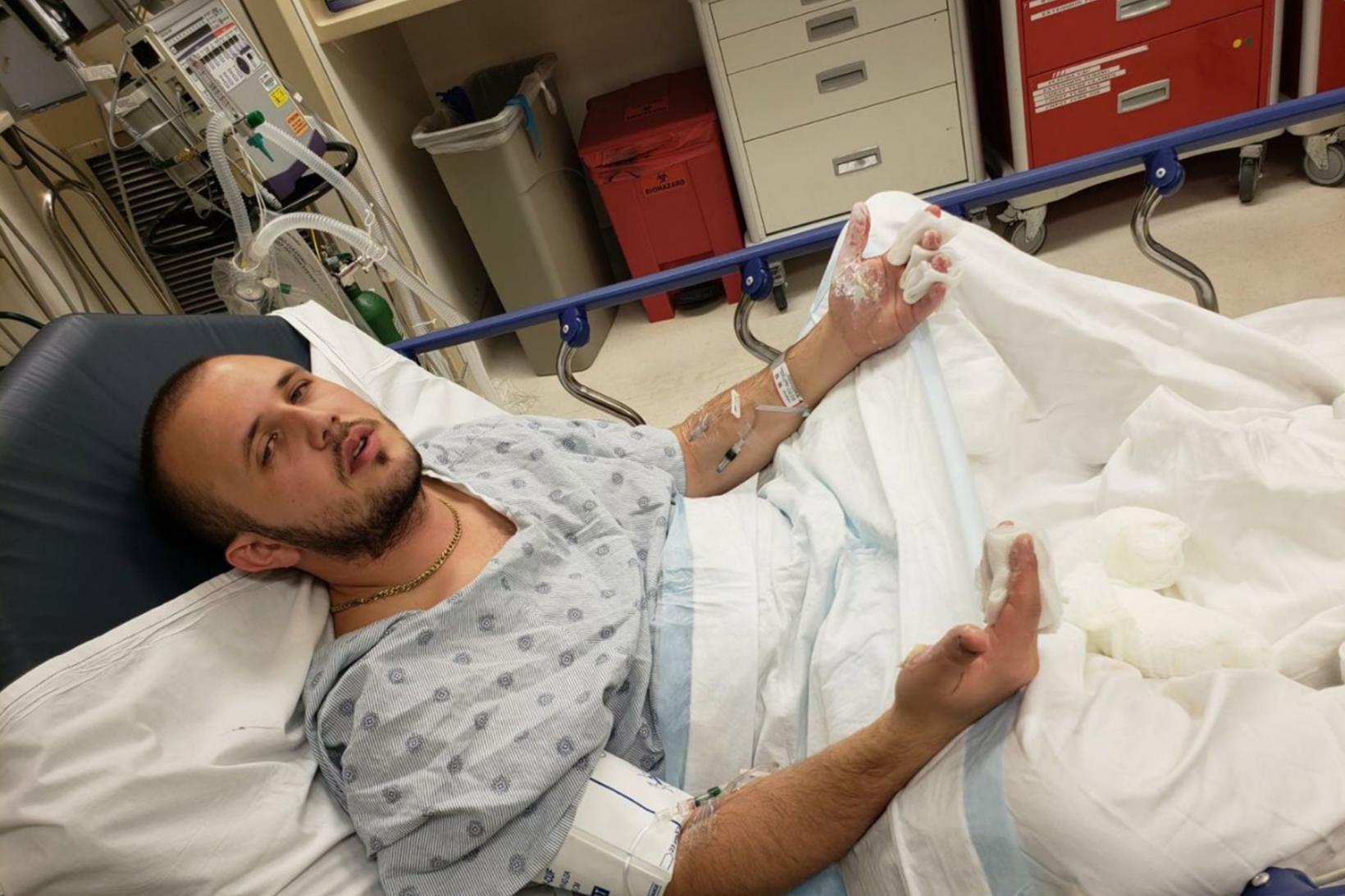 Hinn 22 ára gamli Tommy Piluyev sést hér á sjúkrahúsi …