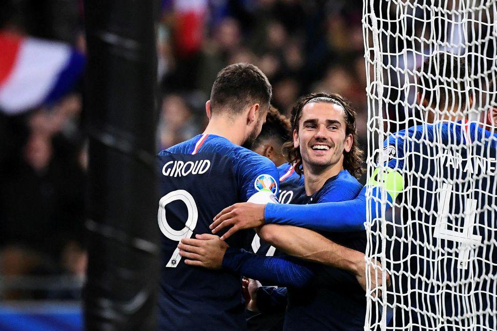 Olivier Giroud og Antoine Griezmann fagna marki þess fyrrnefnda en ...