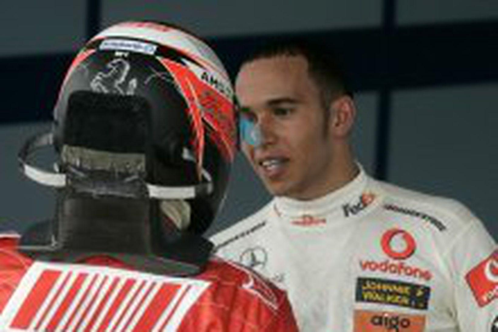 Lewis Hamilton, t.h., óskar Kimi Räikkönen til hamingju í dag.