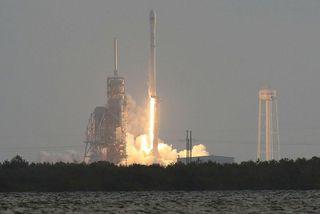 Frá eldflaugaskotinu í morgun. SpaceX skaut á loft Falcon 9 eldflaug sem lenti síðan upprétt ...