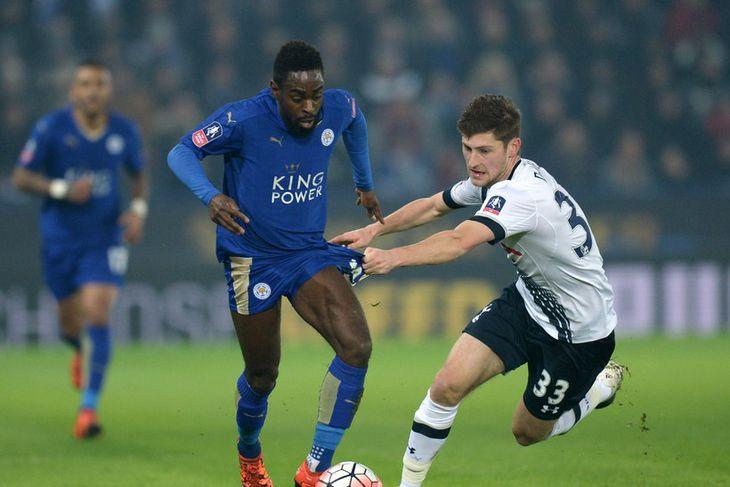 Nathan Dyer, leikmaður Leicester, leikur á Ben Davies, leikmann Tottenham í leik liðanna í kvöld.