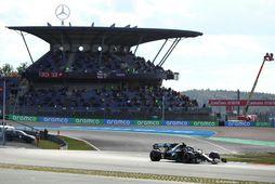 Valtteri Bottas í tímatökunni í Nürburgring. Stúkan í baksýn er kennd við lið hans, Mercedes.